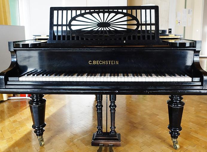 Gesponsortes Klavier des Schulvereins