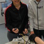 Blutdruckmessen am künstlichen Arm