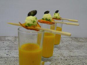 Exotische Hokkaido-Kürbissuppe im Glas