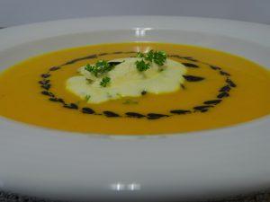 Klassische Hokkaido-Kürbissuppe mit gerösteten Kürbiskernen